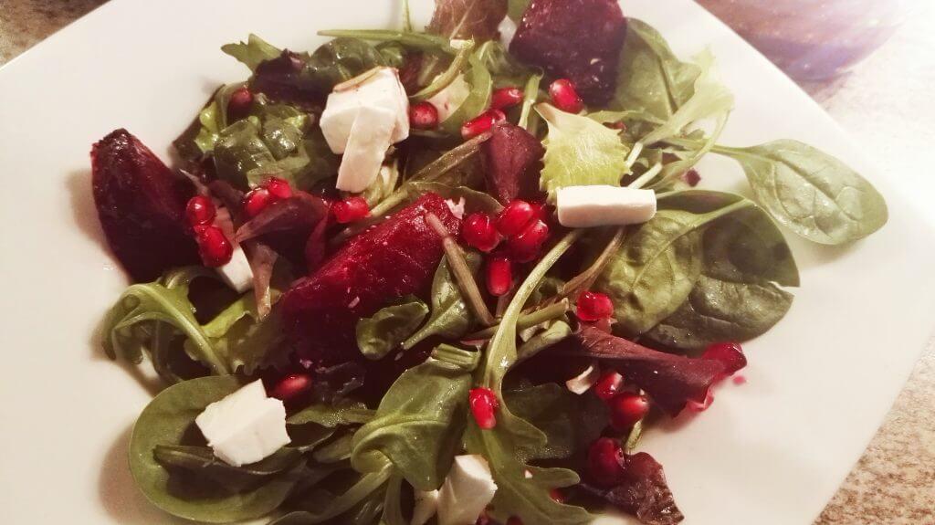 winterlicher salat, rote beete, feta, pecan