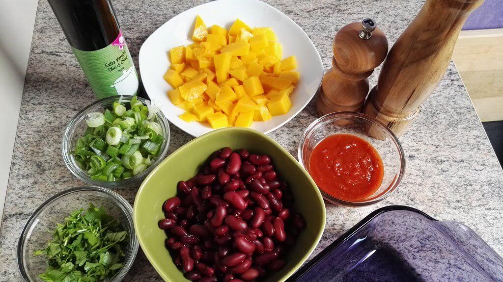 schwarze bohnen, mango, zwiebel, koriander